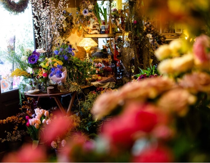 生花・フラワーの選定から香りのある空間のプロディースを行います。さまざまなクリエイションに一貫するのは、生花・フラワーの空間づくりの原点は自然そのものであるという信念。そして、きめ細かな感性と丁寧な仕事により、生花を空間に活かしたいという純粋な思いでプロデュースを行いますこだわりの自然の食材を使った「八子の花カフェ」も併設しておりますので、カフェのご利用だけでもお気軽にご利用ください。